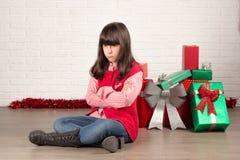 Fille fâchée à Noël avec des boîte-cadeau Image stock