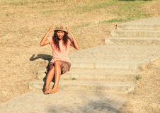 Fille fâchée s'asseyant sur des escaliers Photos libres de droits