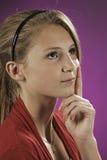 Fille féminine d'adolescent pensant sur le rose photos stock