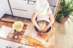Fille faisant cuire au four ensemble dans la cuisine à la maison Photos stock