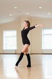 Fille faisant des exercices dans une classe de danse Image libre de droits