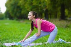 Fille faisant des exercices ou l'exercice gymnastiques extérieurs Image stock
