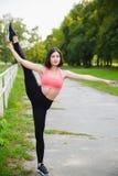 Fille faisant des exercices ou l'exercice gymnastiques extérieurs Photographie stock libre de droits