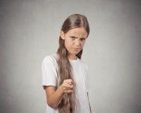 Fille faisant des gestes avec des pouces, vous allez obtenir zéro Photographie stock libre de droits