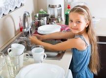 Fille faisant des plats à la cuisine photographie stock