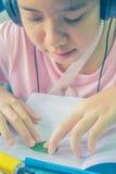 Fille faisant la carte pour sa mère Photos libres de droits
