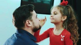Fille faisant le maquillage à son papa banque de vidéos