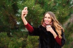 Fille faisant le selfie en parc d'automne extérieur photographie stock libre de droits
