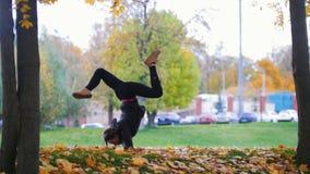 Fille faisant le support acrobatique sur ses mains Formation de gymnaste en parc banque de vidéos