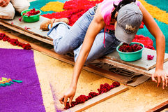 Fille faisant le tapis de semaine sainte, Antigua, Guatemala Photographie stock
