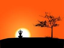 Fille faisant le yoga dans le coucher du soleil Images stock