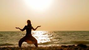 Fille faisant le yoga sur la plage banque de vidéos
