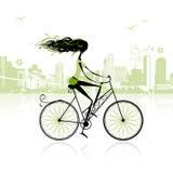 Fille faisant un cycle dans la ville Image stock