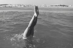 Fille faisant un headstand sur la plage cadix l'espagne photos libres de droits
