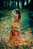 Fille fantastique dans la forêt d'automne image libre de droits