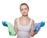 fille fatiguée en gants et chiffons pour le nettoyage Image stock
