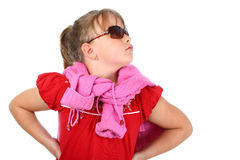Fille fière dans des lunettes de soleil recherchant d'isolement Photos stock