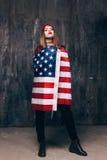 Fille fière habillée dans le drapeau des Etats-Unis photographie stock