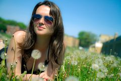 Fille fixant dans l'herbe Photographie stock