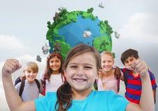 Fille fléchissant des muscles avec des amis devant le fond gris avec le monde de la terre de planète Image stock