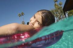 Fille flottant sur Ring In Pool gonflable Image libre de droits
