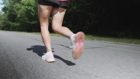 Fille folâtre avec des cellulites fonctionnant en parc Les jambes des femmes avec des cellulites Formation de jeune femme en parc banque de vidéos