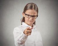 Fille folle d'adolescent déguisée comme patron dirigeant le doigt à vous Images libres de droits