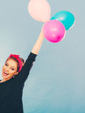 Fille folle de sourire ayant l'amusement avec des ballons Photographie stock libre de droits