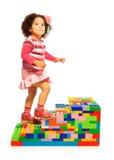 Fille foncée s'élevant sur l'échelle de jouet Photos stock