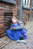 Fille froide de personnes de chant de Noël de festival de Dickens à un mur Images stock