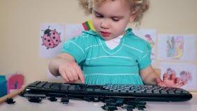 Fille frustrante d'enfant ayant l'amusement avec le clavier d'ordinateur banque de vidéos