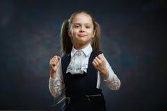 Fille futée d'école en portrait uniforme de plan rapproché photo stock
