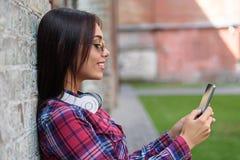 Fille gaie à l'aide du téléphone portable Photos libres de droits