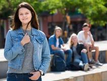 Fille gaie d'adolescent souriant et se tenant Images libres de droits