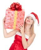 Fille gaie d'aide de Santa avec le grand cadre de cadeau Photographie stock