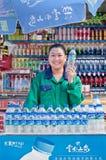 Fille gaie dans une stalle avec des boissons non alcoolisées, Kunming, Chine Images stock