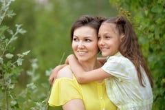 Fille gaie de mère et d'adulte photographie stock