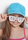Fille gaie en casquette de baseball et verres avec le numéro 2018 Images libres de droits