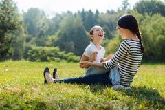 Fille gaie et mère riant ensemble dehors Images libres de droits