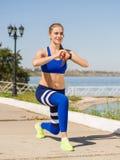 Fille gaie et sportive sur la formation d'extérieur sur un fond brouillé Concept de formation physique Copiez l'espace Image stock