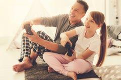Fille gaie heureuse jouant des jeux vidéo Photo libre de droits