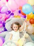 Fille gaie posant tenant le groupe de ballons Photographie stock libre de droits