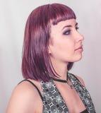 Fille gothique avec les cheveux cramoisis courts Images stock