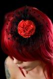 Fille gothique d'une chevelure rouge avec le fascinator de cheveu noir Photos libres de droits
