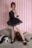 Fille gothique de Lolita dans l'intérieur drôle images stock