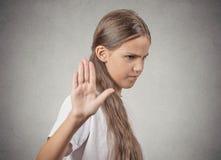 Fille grincheuse d'adolescent présentant l'exposé au geste de main Photos stock