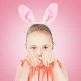 Fille habillée dans des oreilles de lapin de Pâques Image libre de droits