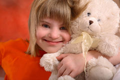 Fille handicapée avec l'ours de nounours Photos stock