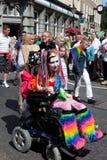Fille handicapée colorée dans la fierté homosexuelle 2011 de Brighton Images stock