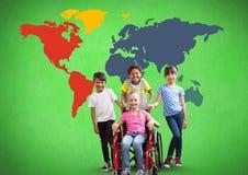 Fille handicapée dans le fauteuil roulant avec des amis devant la carte colorée du monde Photos libres de droits